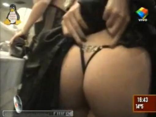 foto Alejandra Maglietti mostrando su tanga